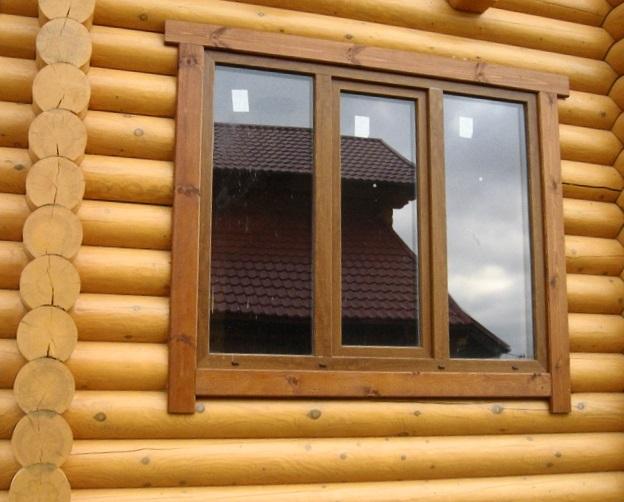 Подобное остекление отлично смотрится на деревянных строениях