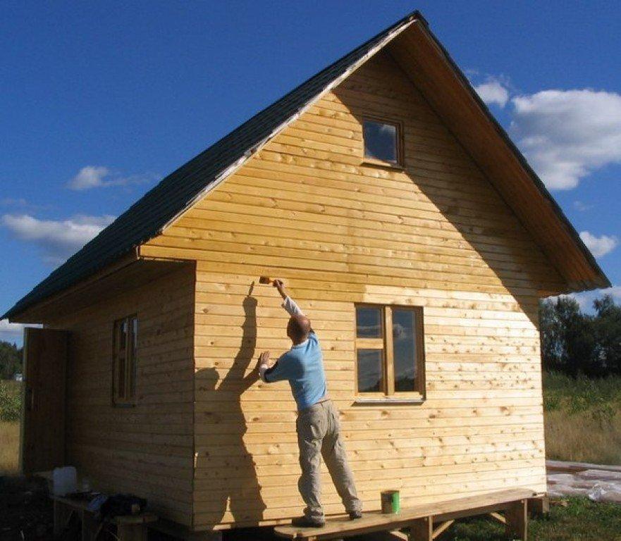 Покрытие деревянного домика защитным составом