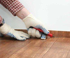 После того как настелите полотнище, отрежьте его излишки у стен.