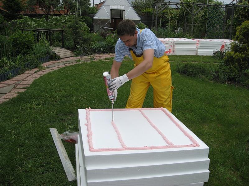При нанесении клея нужно учитывать то, что после прижатия панели он не должен выступать на боковые грани.