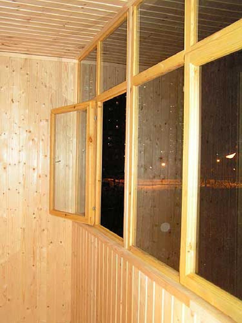 При проведении работ желательно установить деревянные окна для балкона.