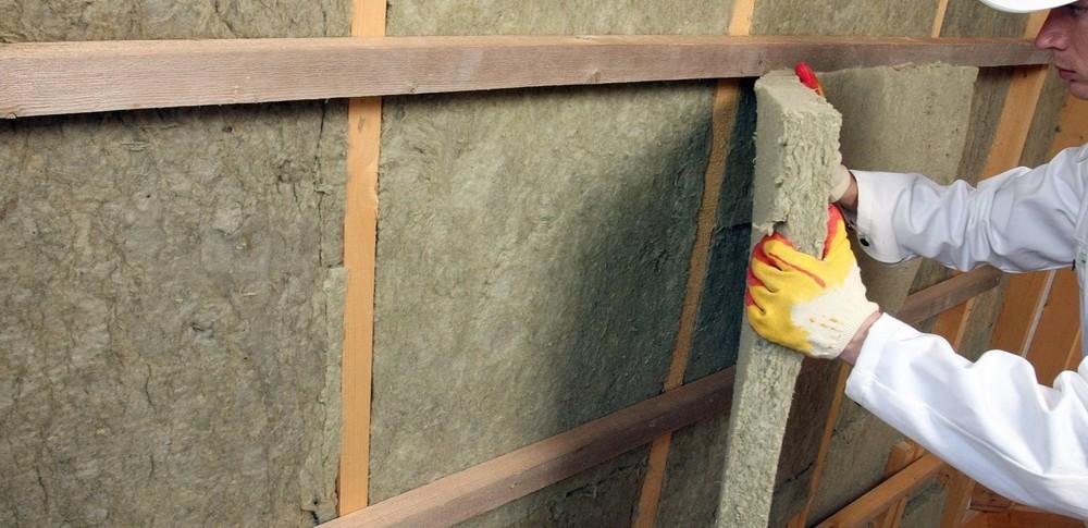 При работе с утеплителем используем защитные перчатки
