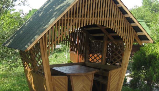 Пример деревянной беседки для дачи