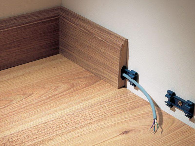 Пример помещения провода в деревянный напольный багет