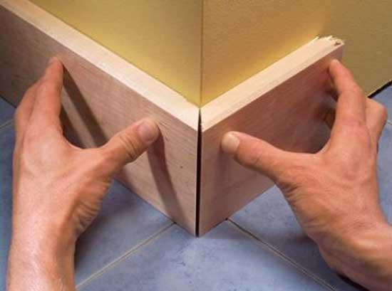 Пример того, к чему приводит неправильная зарезка углов, не допускайте таких огрехов, после приклеивания элементов вам придется заделывать щели