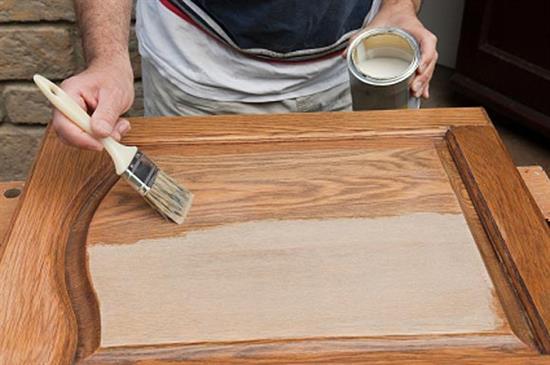 Пример того, как покрыть лаком деревянную дверь, используя маховую кисть