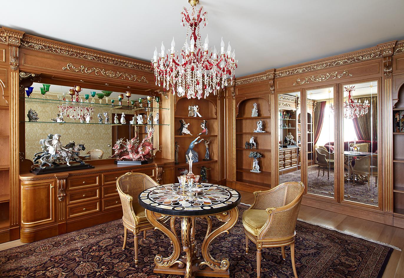 Пример того, как выглядят мебельные комплекты - гостиные из натурального дерева классика для обустройства загородного дома