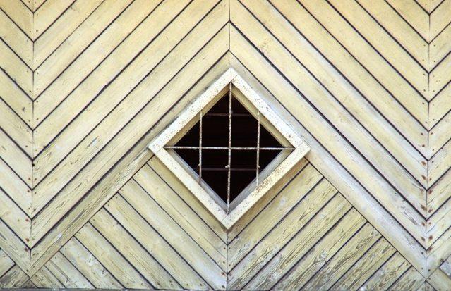 Пример того, как выполняется обшивка дома доской елочкой