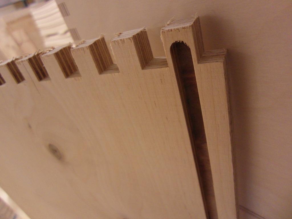 Продольный паз, вырезанный в боковой стенке ящика
