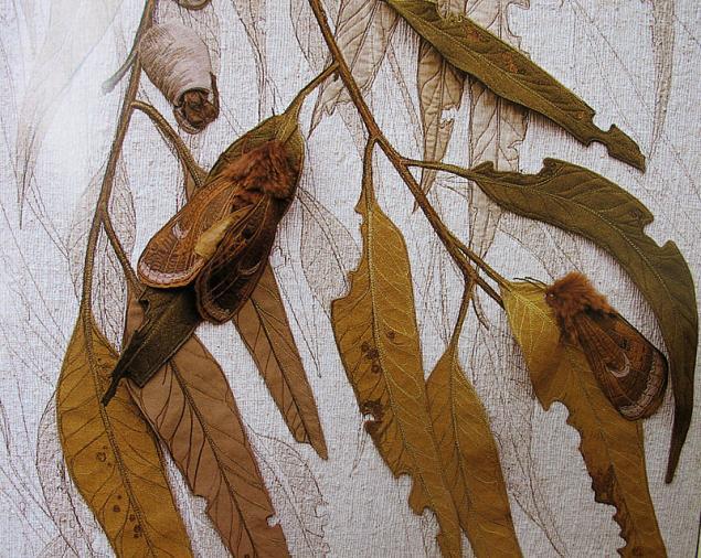 Промежуточное решение: настоящие осенние листья на рисованных ветвях.