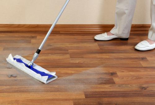 Простая влажная уборка гарантирует чистоту полу из ламинатной доски
