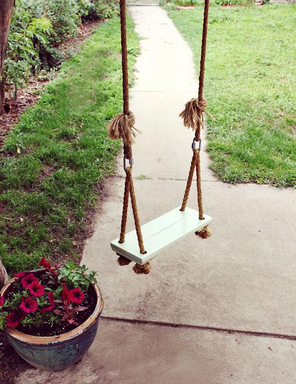 Простейшая конструкция на веревках, закреплённых на ветке
