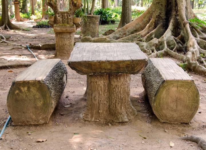 Простейшее решение для скамейки, самое главное – наличие бревна большого диаметра