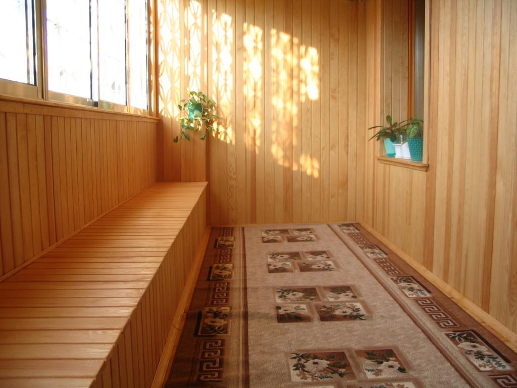 Просторный балкон: обшитый деревом каркас сбоку