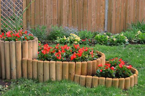 Простые и оригинальные деревянные заборчики для сада