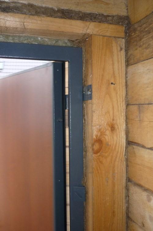Просвет над дверью заполнен паклей.