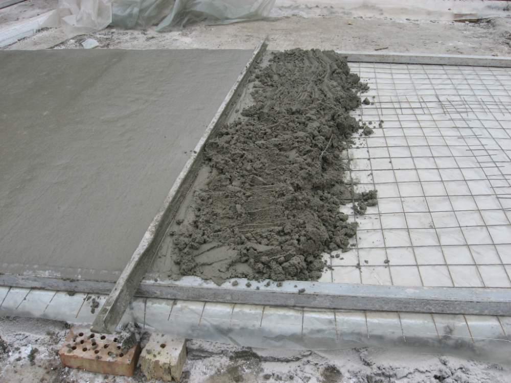 Процесс бетонирования по маякам выполняется с использованием специального инструмента под названием правило