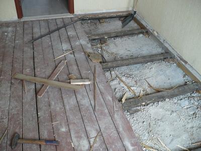 Процесс демонтажа старого покрытия предполагает полное удаление половой доски и даже некоторых лаг