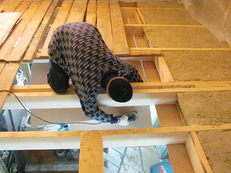 Процесс подшивки потолочного перекрытия