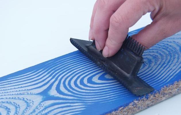 Резиновый шпатель для имитации структуры древесных волокон.