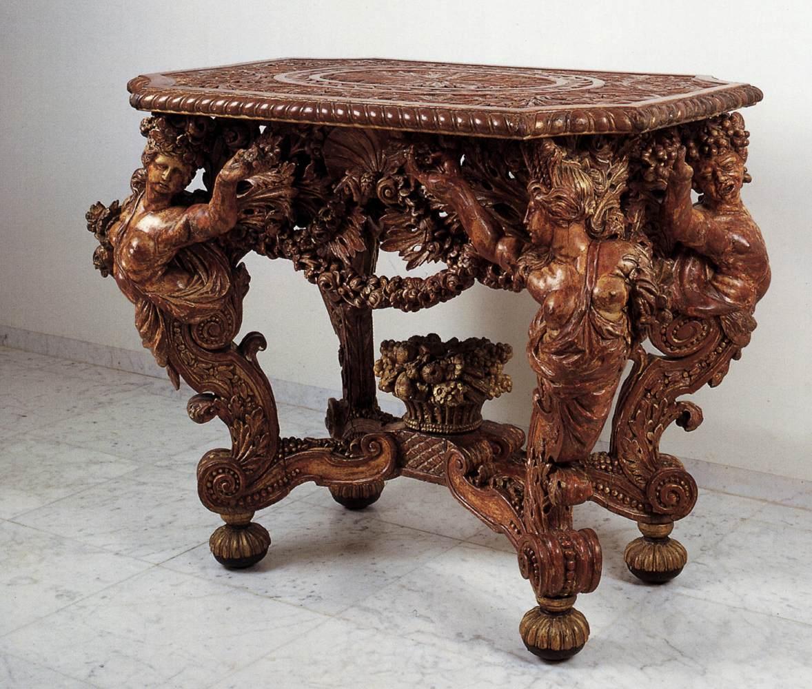 Резная мебель из дерева может выглядеть просто фантастически