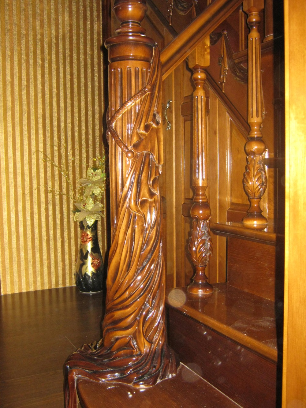Резной столбик на лестнице – отличное решение для тех, кто ценит красоту натуральной древесины