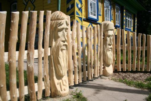 Резной забор из дерева может быть настоящим произведением искусства.