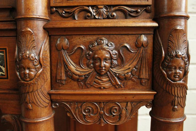 Резные элементы ценятся при создании мебельных гарнитуров, способны одним своим присутствием придать помещению величественность и роскошь