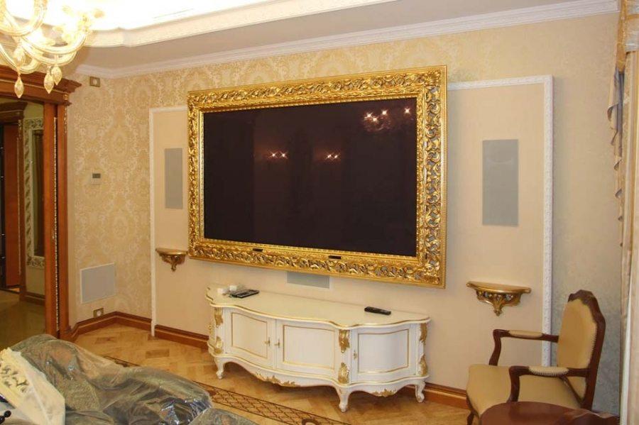 Роскошный золотой багет используется даже для оформления плазменных панелей, которые начинают восприниматься совсем по-другому и не смотрятся инородно в классической обстановке