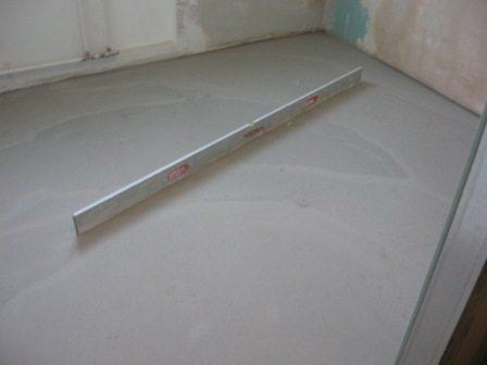 Ровный и гладкий бетонный пол (под уровнем нет ни одного зазора)