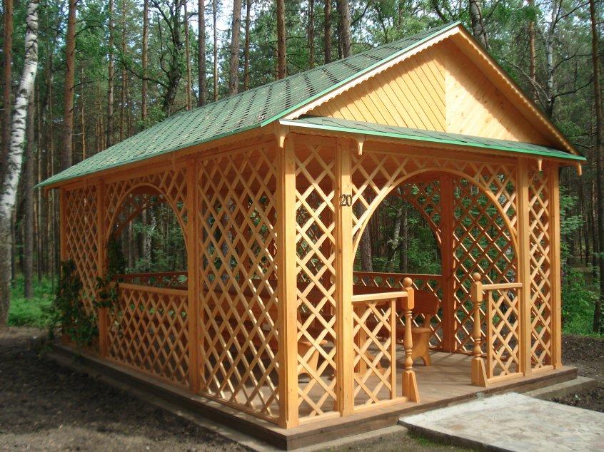 Садовая беседка с решетчатыми стенками.