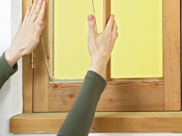 Самостоятельная замена стекла в деревянном окне с использованием герметика