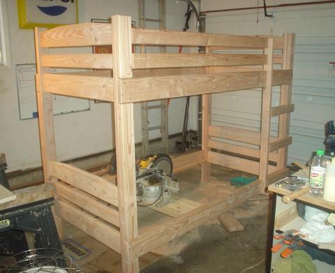 Сделать деревянные кровати из массива дерева своими руками гораздо проще, чем из любого другого материала