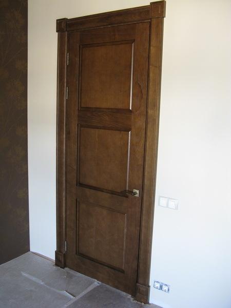 Шикарная входная дверь из ясеня со входа покажет статус хозяев квартиры