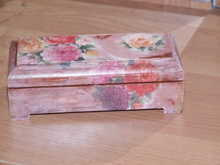 Шкатулка украшена с использованием техники декупаж.