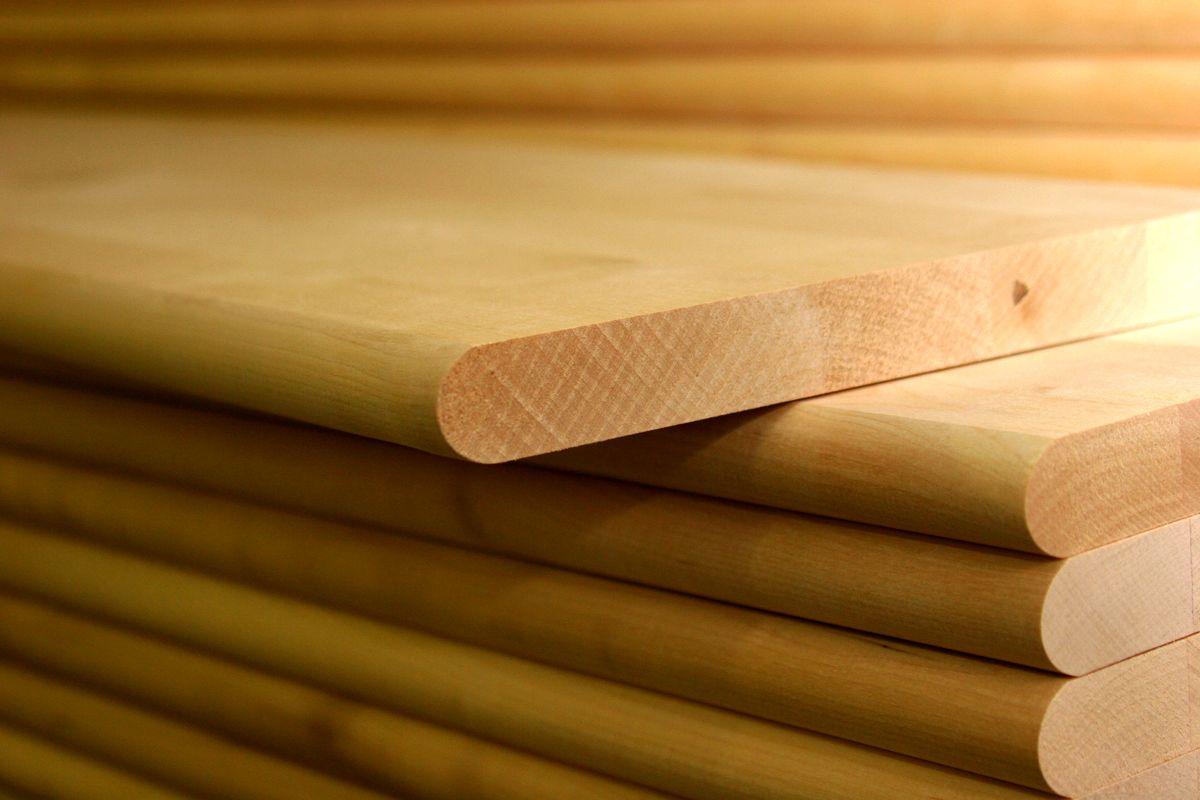 Шлифованный и крытый лаком мебельный щит