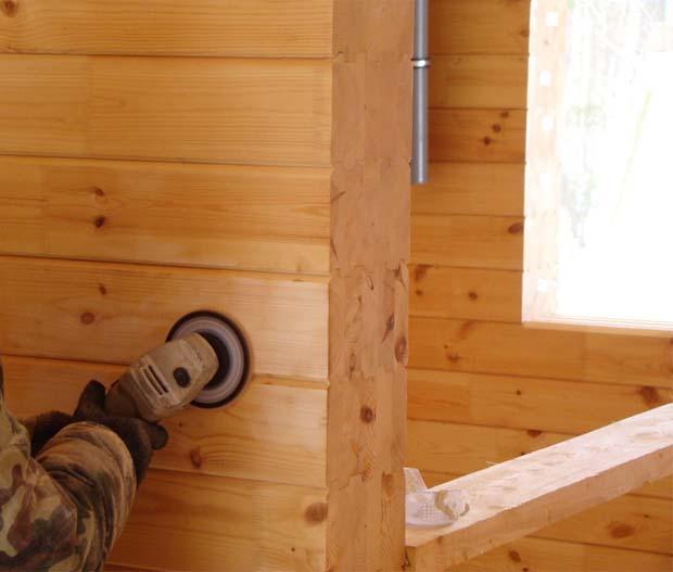 Шлифовка стен брусового дома изнутри с помощью болгарки и диска-черепашки