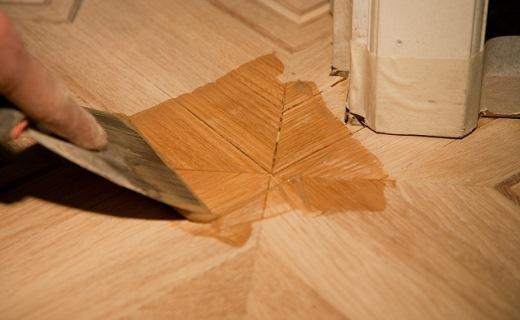 Шпатлёвка поможет избавиться от щелей и других возможных дефектов деревянных поверхностей
