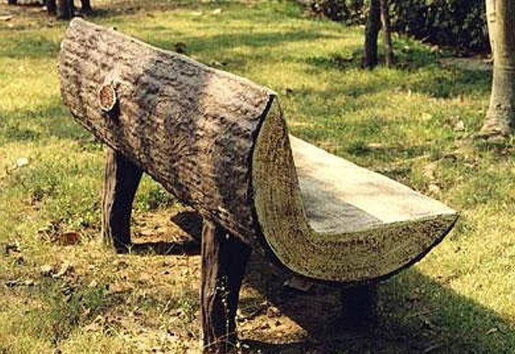 Скамейка из цельного элемента очень надежна и удобна