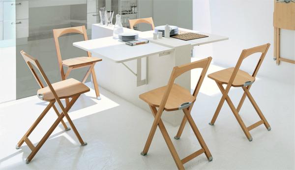 Складные деревянные стулья со спинкой для кухни помогут сэкономить пространство.