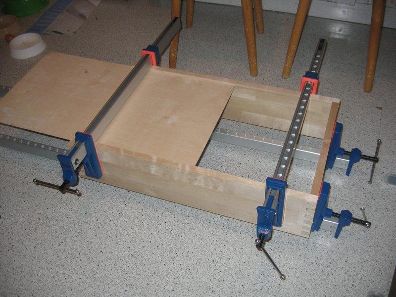Склеивание деталей с использованием струбцин