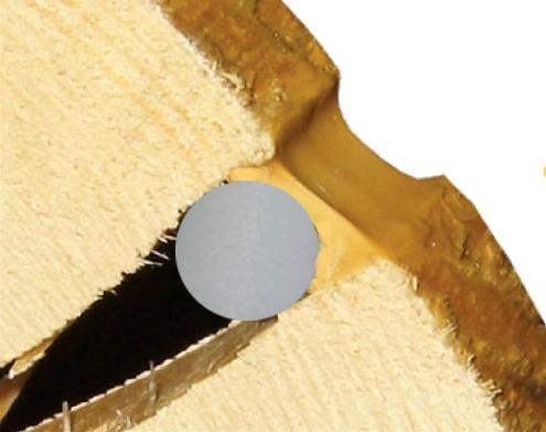 Сначала укладывают шнур, затем наносят герметик.