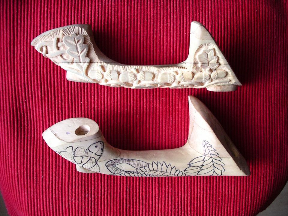 Снизу – фото заготовки с нанесенным орнаментом, сверху – деталь после резьбы