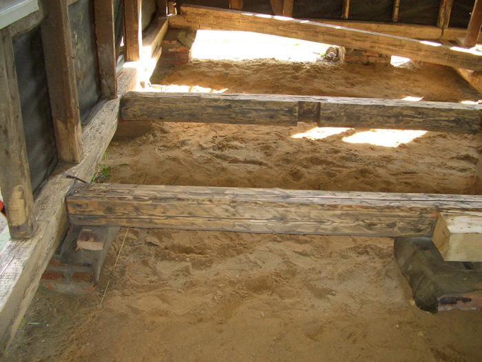 Снизу выполняем подсыпку песком