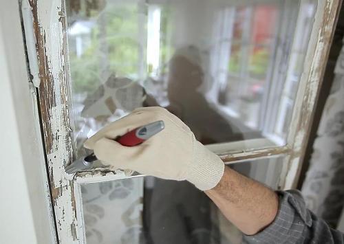 Старый лакокрасочный слой следует зачистить, прежде чем наносить новый