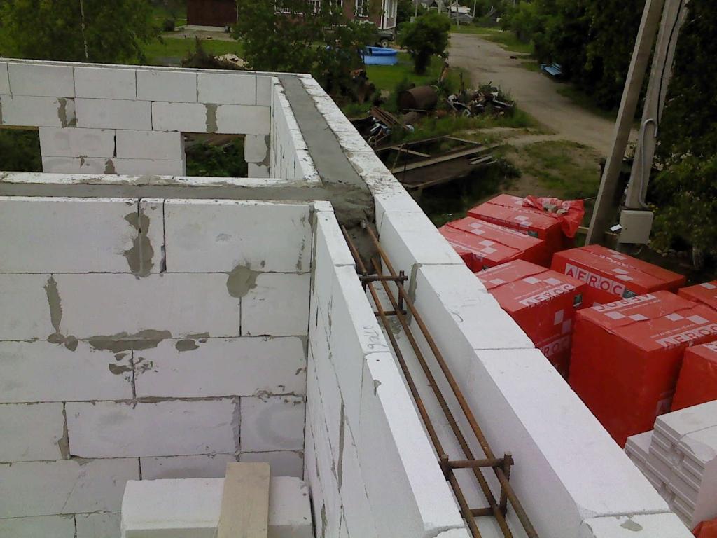 Строительные блоки требуют обязательного армирования, в противном случае прочность сооружения будет под вопросом