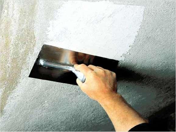 Так наносятся штукатурные материалы для отделки потолка в деревянном доме
