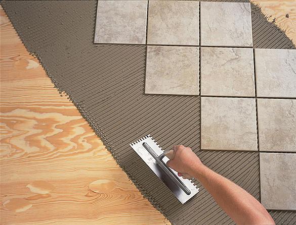 Так укладывается плитка на деревянный пол в деревянном доме.