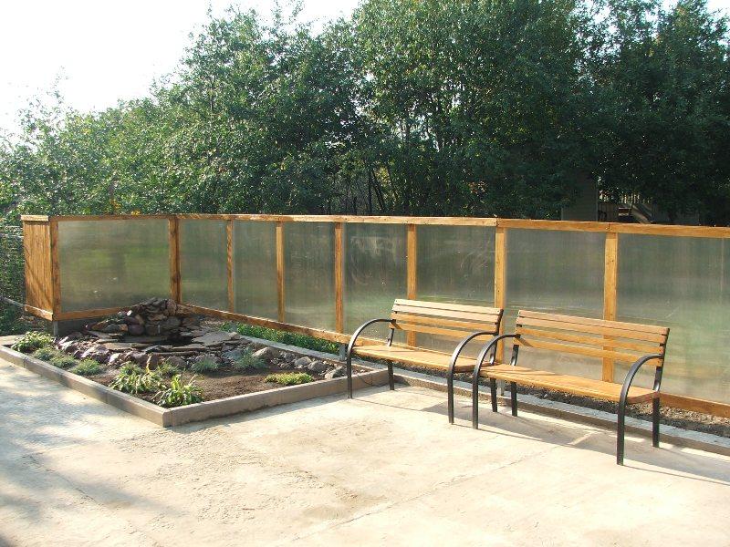 Так выглядит забор из поликарбоната на деревянном каркасе