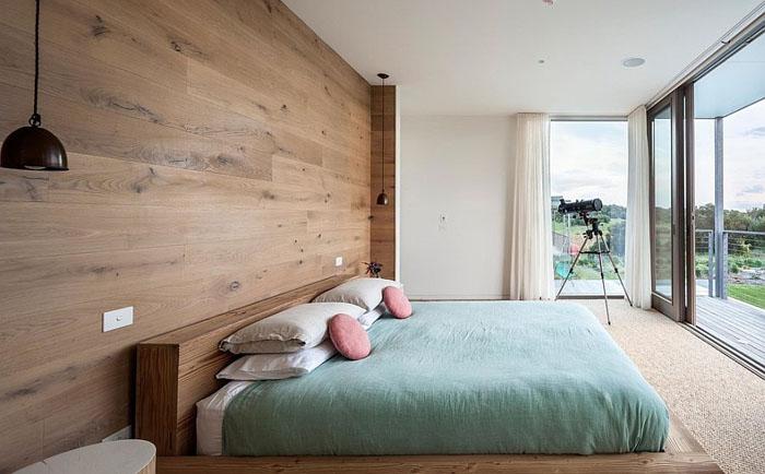 Такая стена привнесет в интерьер спальни дополнительный уют.